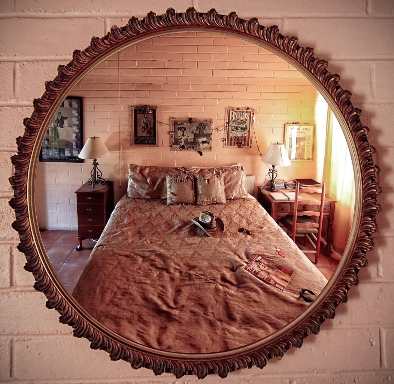 Room 8 wurde weitgehend im damaligen Zustand erhalten. Einige Einrichtungsgegenstände, wie der Wandspiegel, sind unangetastet geblieben. (Foto: Christian Düringer)