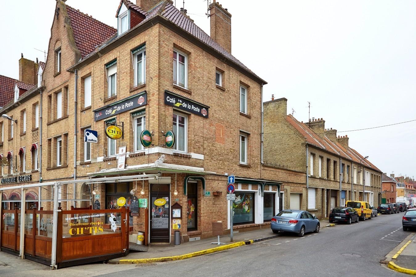 """In den Außenbereich des """"Café de la Poste"""" rast Philippe mit bei seiner Verfolgungsjagd mit der Polizei. Das kleine Bistro gibt es so auch in der Realität."""