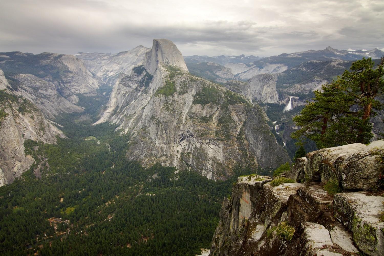 """Der """"Half Dome"""" ist das Wahrzeichen des Yosemite Nationalparks. Der Gipfel liegt auf einer Höhe von 2693 Metern."""