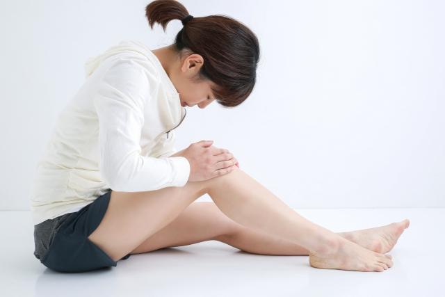 ひざを痛める女性