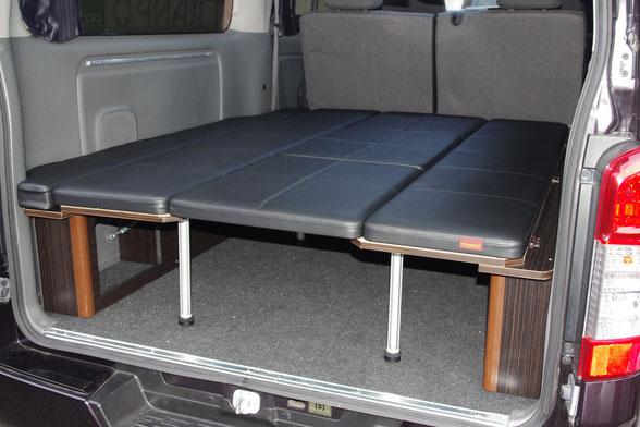 ハイエース、NV350キャラバン用のベッドキットとして大人気の両面跳ね上げベッドは、車中泊最適な内装アイテムです。