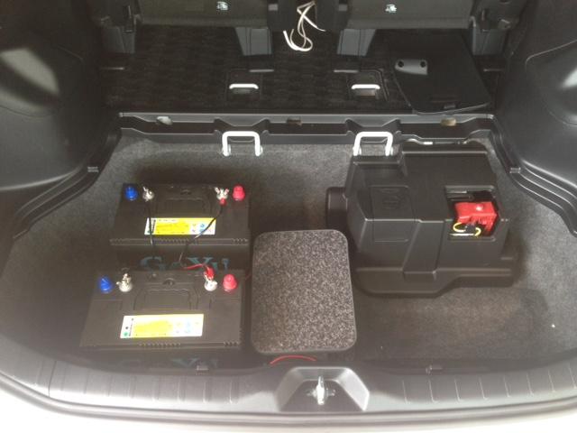 VOXY、ノア、エスクワイアにサブバッテリーと走行充電システムを取り付けました。ミニバンVOXY、NOAH、エスクァアイアの100Vコンセントキットを装備すれば、車内で家電を使うことができます。