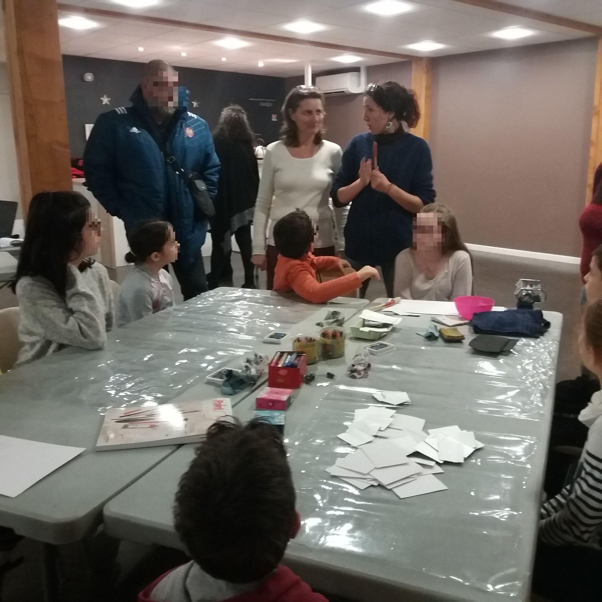 Les enfants lièrent leur créativité en créant leurs cartes de noël avec Lucie.