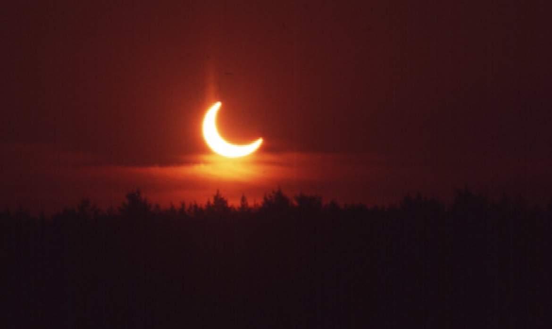 Sonnenaufgang mit schon begonnener Verfinsterung