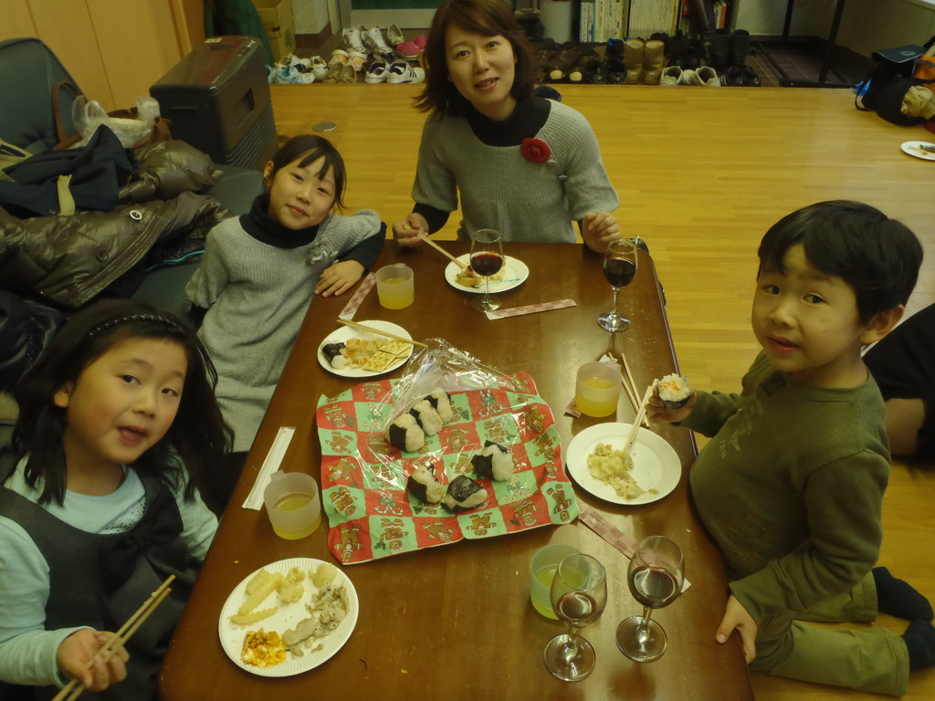 Shiho, Mia, Mia's mommy (Katsurako), and Ke enjoying their Thanksgiving lunch.
