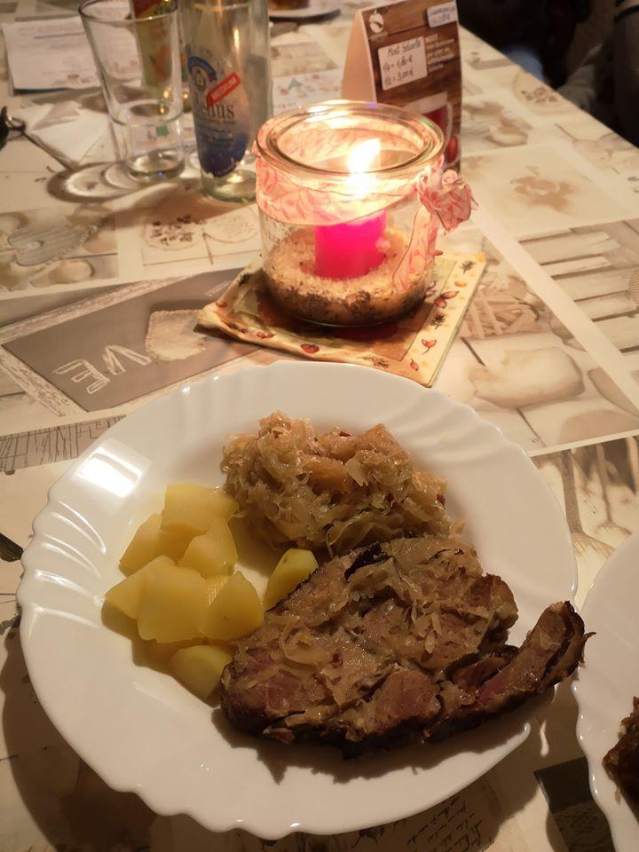Nackenkamm mit Sauerkraut und Kartoffeln