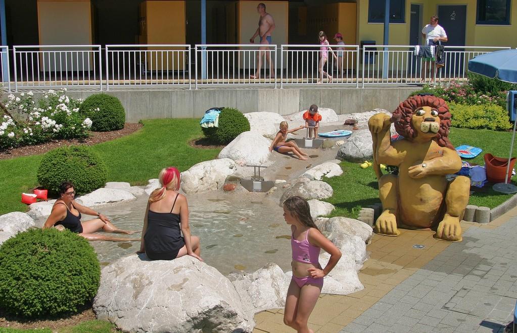 Kinderbereich, Spielbach mit Duschlöwe