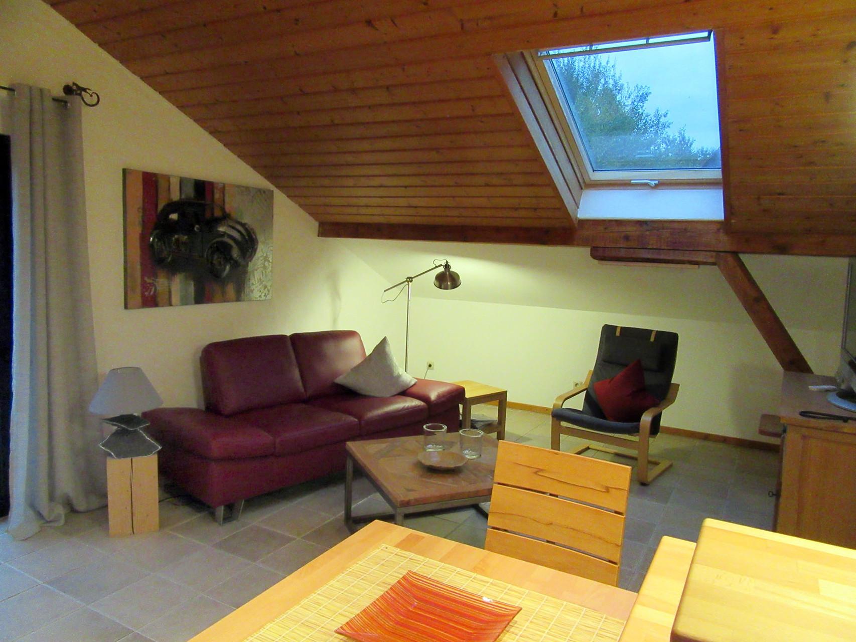 Der Wohnbereich mit bequemer Couch und Sessel