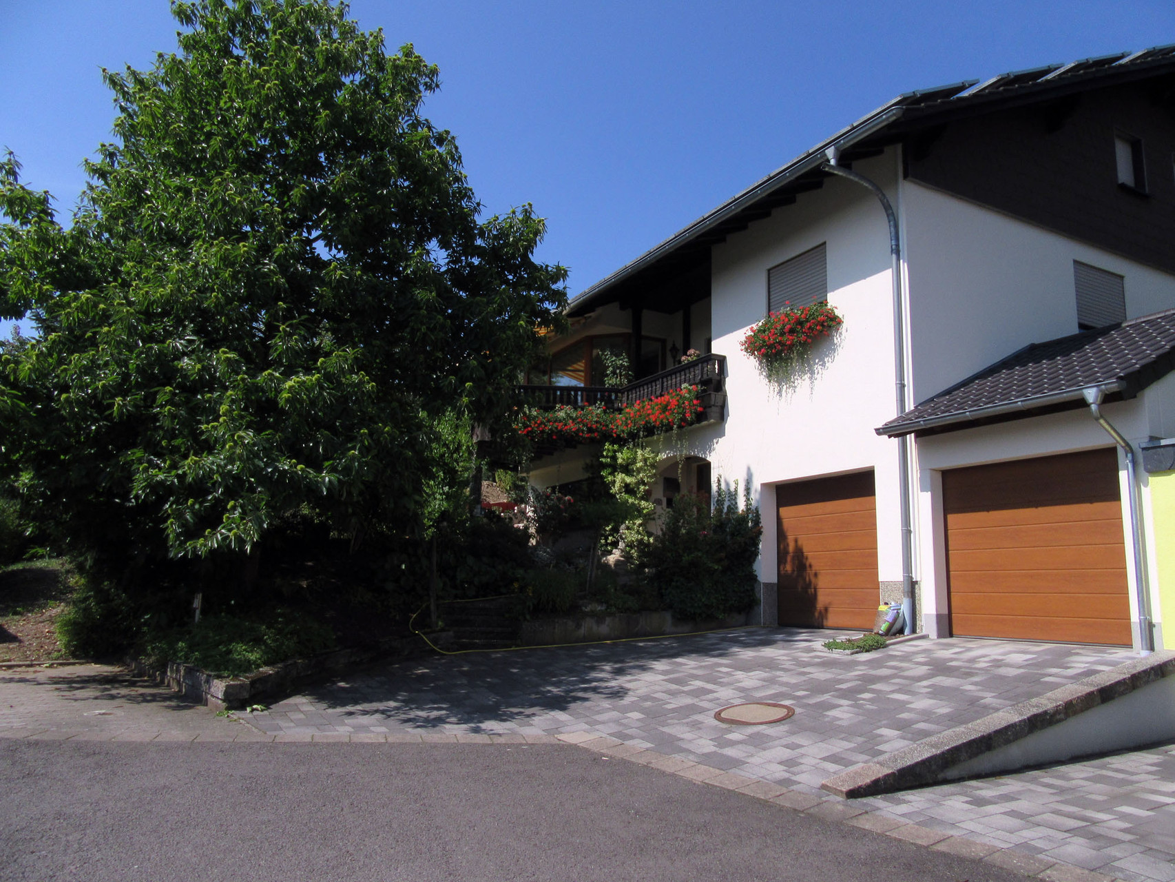 """Unser Wohnhaus. Die Ferienwohnung """"Naturblick"""" befindet sich im Dachgeschoss (separater Eingang)."""