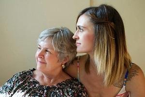 Mutter und Tochter Tochter stützt Mutter