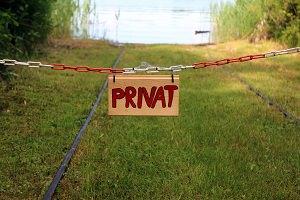Kette mit Privat - Schild