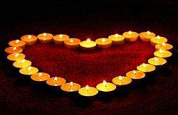 Teelichter brennend in Herzform