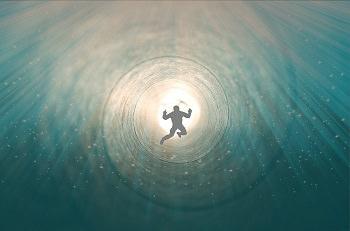 Tunnel mit Licht und einem Verstorbenen auf dem Weg ins Licht