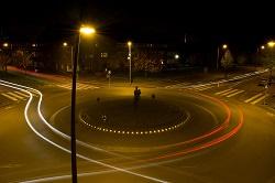 Kreisel mit Lichteffekten nachts