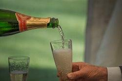 Champagner - es wird ein Glas gefüllt.
