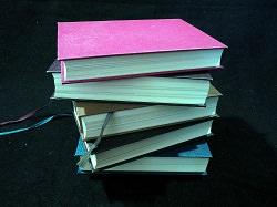 Bücherstapel aus fünf Büchern
