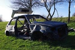ausgebrannter Wagen auf Rasen