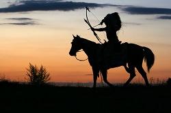 Indianer auf einem Pferd mit Pfeil und Bogen
