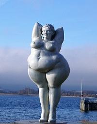 Übergewichtige Statue am Meer