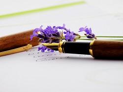 Füller und Blume mit Text