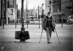 Mann mit Krücken