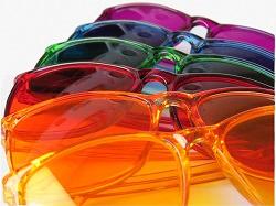 Brillen mit farbigen Gläsern