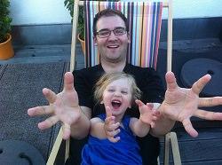 mann mit Kind im Liegestuhl