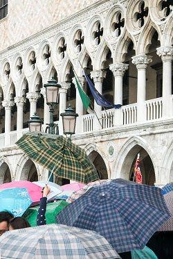 aufgespannte Regenschirme
