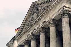 Bundestag mit deutscher Fahne