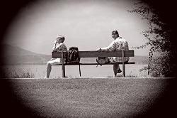 Paar getrennt sitzend