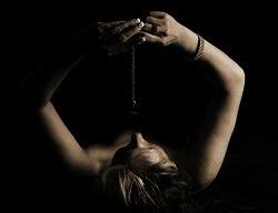 FRau mit Pendel über dem Gesicht - Selbsthypnose