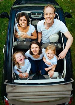 Auto mit einer Familie drin Cabrio Dach komplett offen