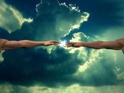 Göttlicher Funke springt über auf eine andere Hand