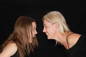 Mutter und Tochter lachen sehr ausgelassen miteinander