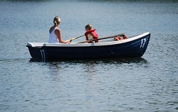 Frau mit Kind im Boot auf dem See