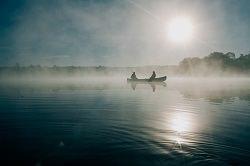 Boot mit zwei Personen im Nebel