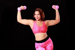 Sportskanone in rosa mit Gewichtshanteln