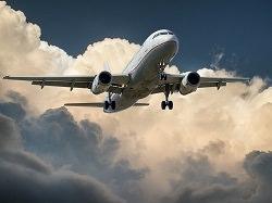Flugzeug im Himmel mit Wolken