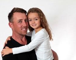 Vater mit Tochter auf dem Arm sehr liebevoll