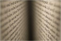 Aufgeschlagenes Buch etwas weich gezeichnet