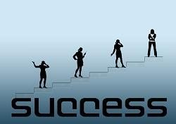 Erfolgsleiter Mensch geht die Treppe hoch