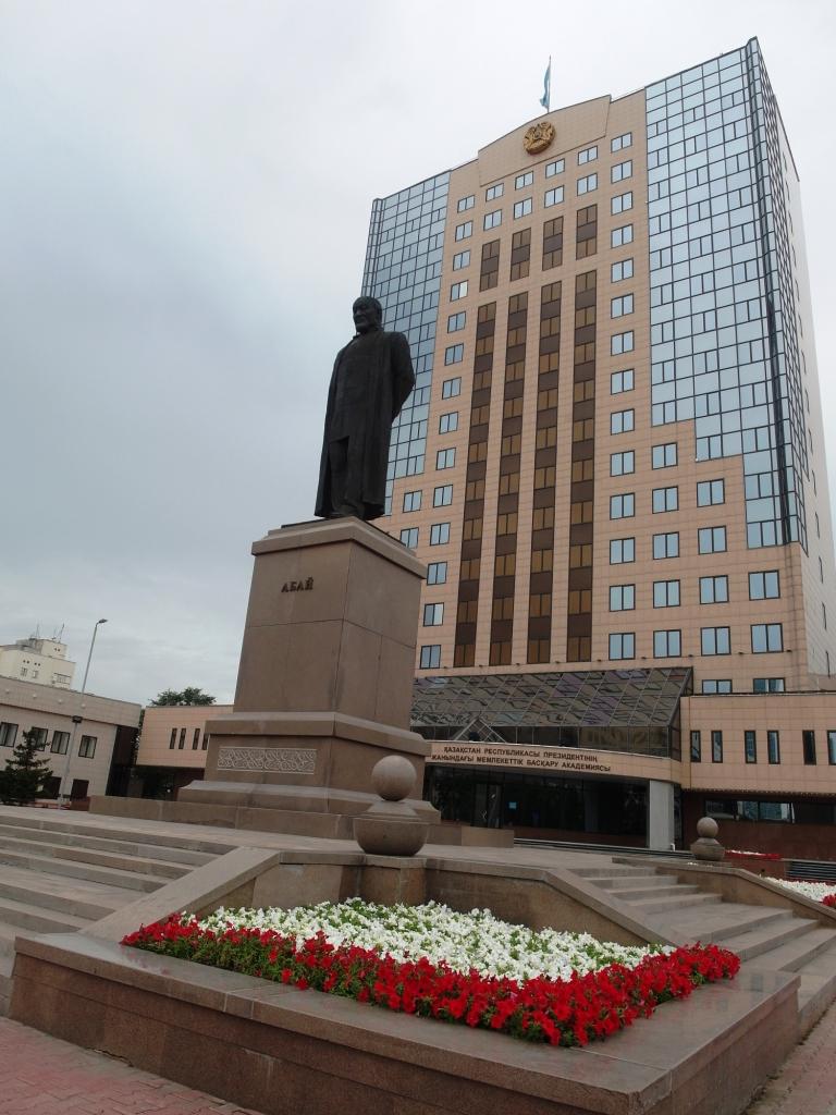 Памятник Абаю на проспекте Абая