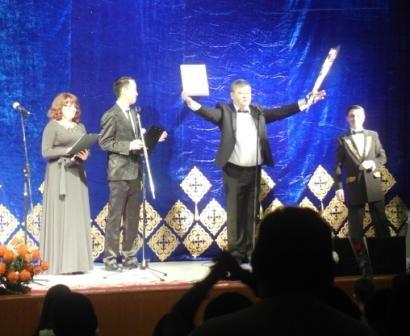 Награждение почётным дипломом организатора и первого дирижёра оркестра Марата Жакупова