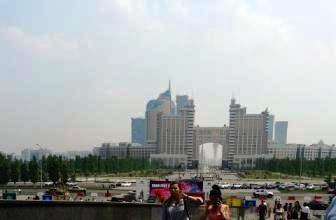 У входа в Хан-Шатыр. Вид на город