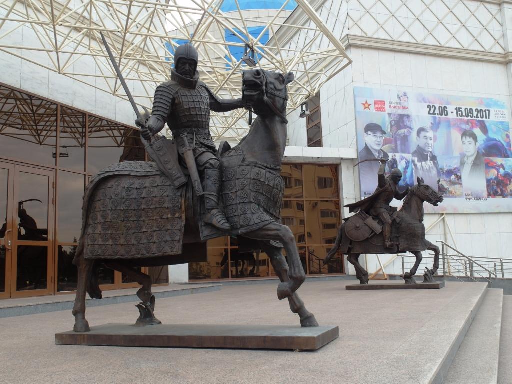 Скульптуры у Военно-исторического музея
