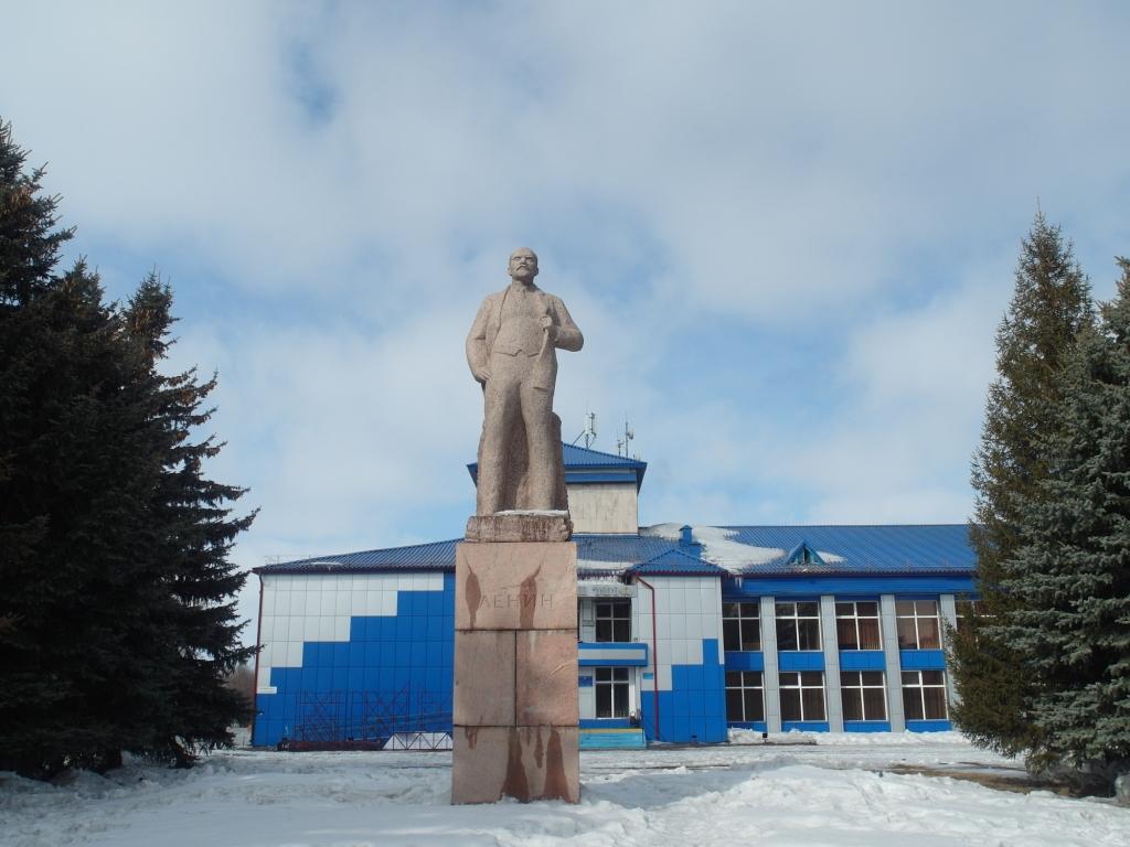 Памятник Ленину и Дом культуры
