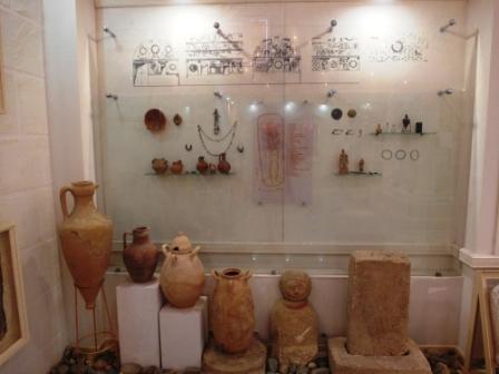 Предметы, найденные в склепе Геракла, который назван так по фрескам о 12 подвигах