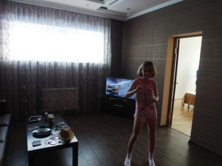 Мия танцует у двери в первую спальню