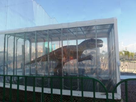 У входа в музей динозавров (Олимпийский парк)
