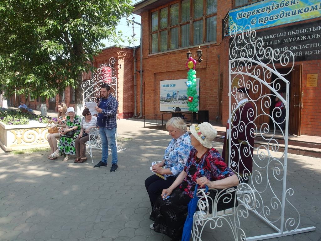 Литературная беседка у музея. Свои стихи читает Кирилл Филонов, председатель областного литобъединения